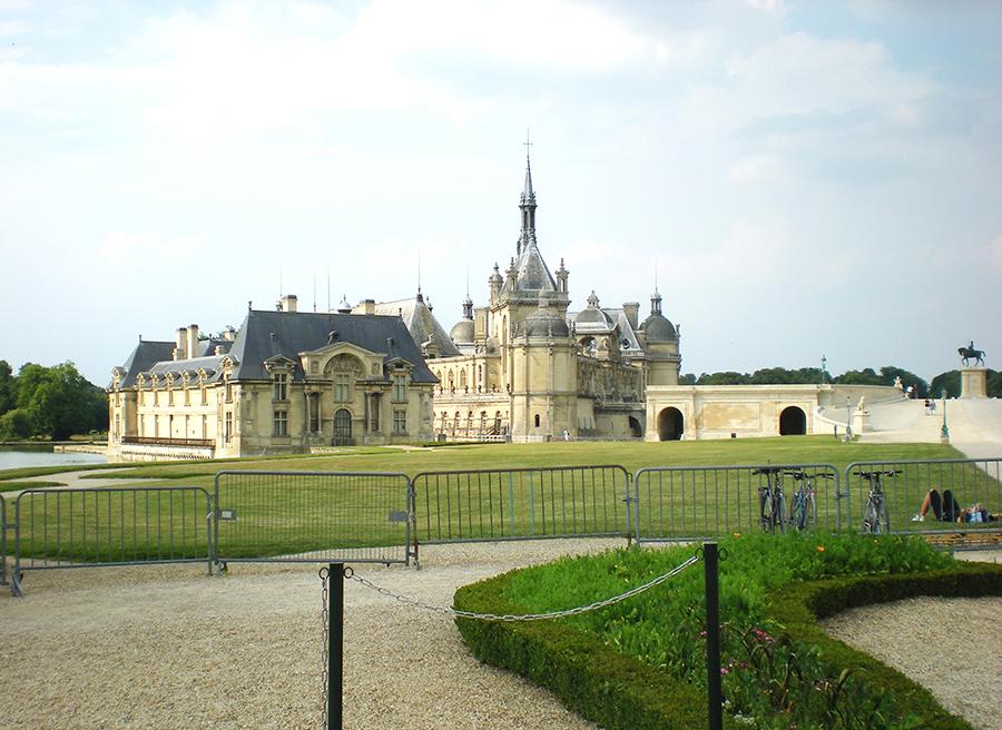 Chantilly – spetsar, James Bond och hästar
